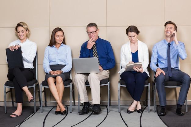 Verschiedene gruppe menschen für interview waiting