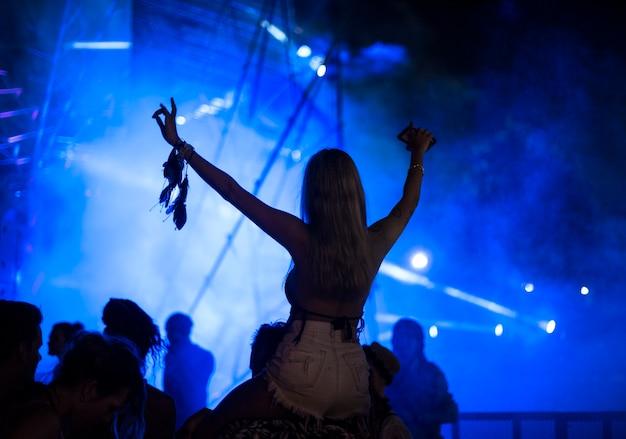 Verschiedene gruppe von menschen, die eine autoreise und ein festival genießen