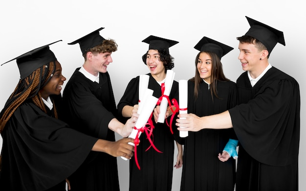 Verschiedene gruppe von studenten, die diplom halten