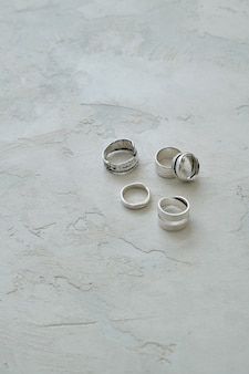 Verschiedene handgefertigte silberringe auf schmuckkollektion mit strukturierter oberfläche aus gips
