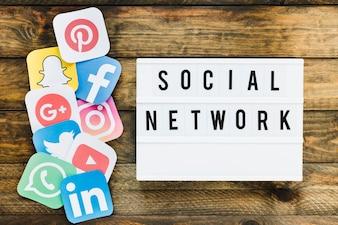 Verschiedene Handyanwendungsikonen nähern sich Text des Sozialen Netzes