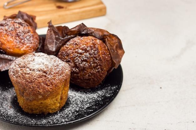 Verschiedene hausgemachte muffins mit schokolade und kakao und backen. copyspace.