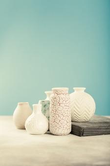 Verschiedene helle vasen