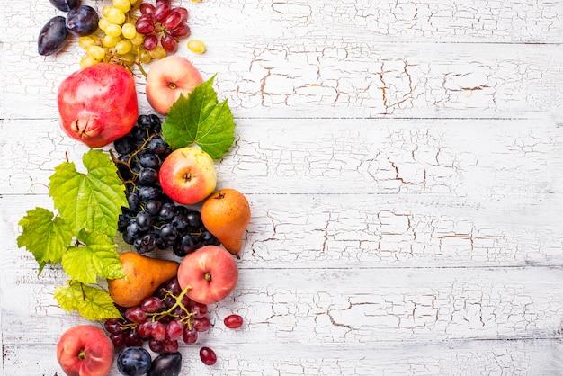 Verschiedene herbstfrüchte auf weißem holz