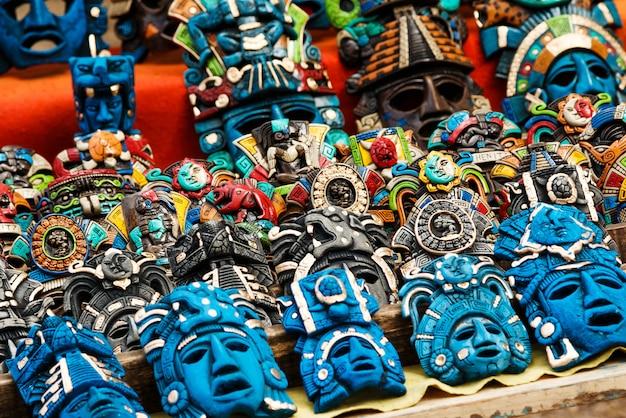 Verschiedene hölzerne andenken am lokalen mexikanischen markt