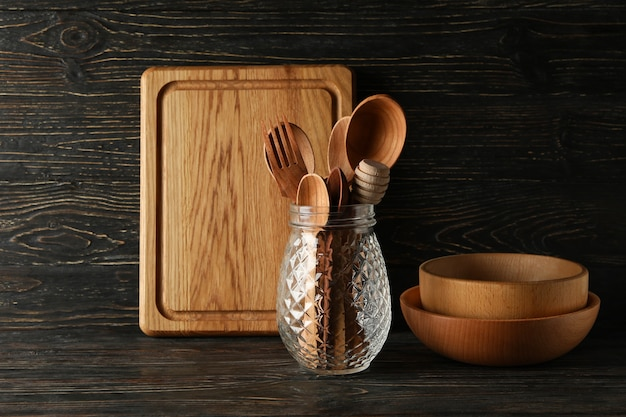 Verschiedene hölzerne küchenutensilien auf holz