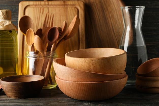Verschiedene hölzerne küchenutensilien auf holztisch