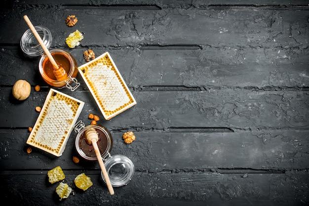 Verschiedene honigsorten. auf einem schwarzen rustikalen.