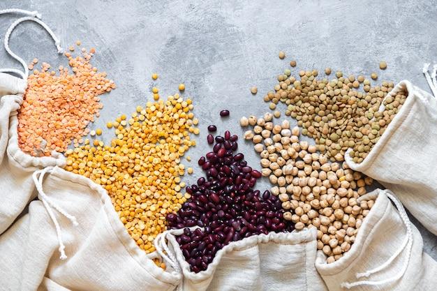 Verschiedene hülsenfrüchte im öko-beutel