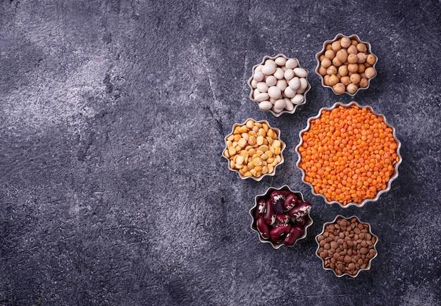 Verschiedene hülsenfrüchte. kichererbsen, rote linsen, schwarze linsen, gelbe erbsen und bohnen