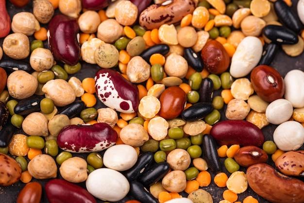 Verschiedene hülsenfrüchte. linsen, verschiedene bohnen, getrocknete erbsen, kichererbsen und mungobohnen