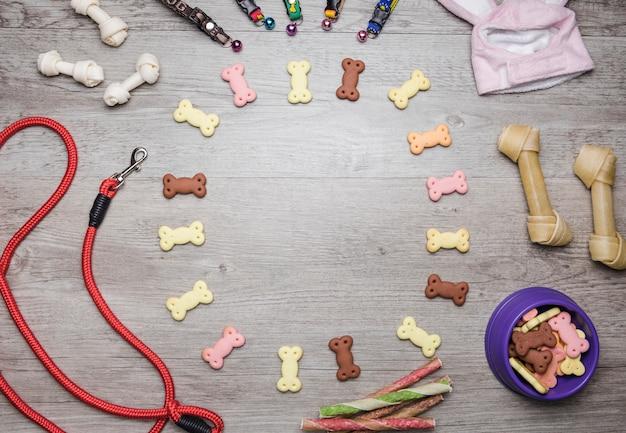 Verschiedene hundepflegegeräte mit leckereien