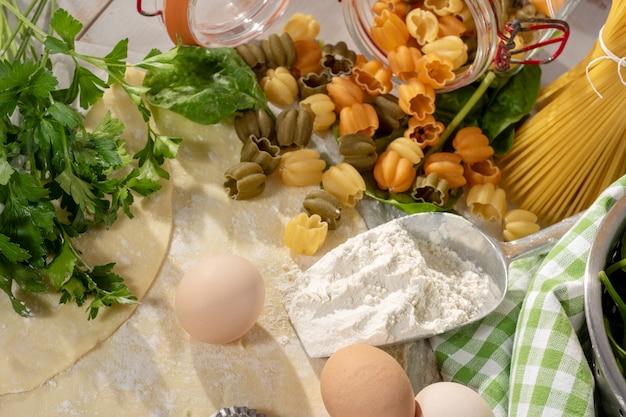 Verschiedene italienische pasta in der küche