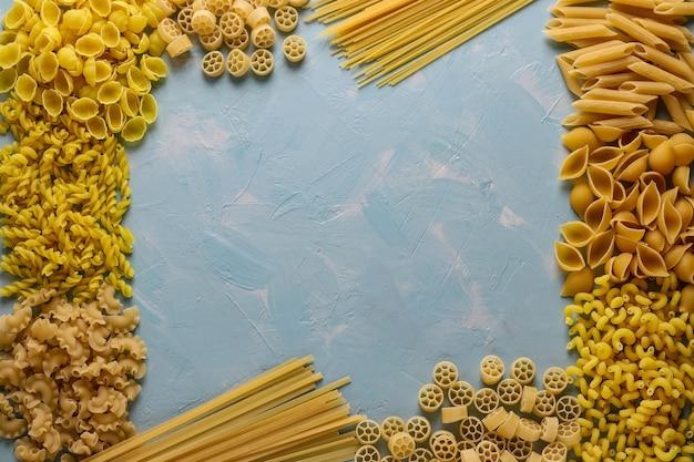 Verschiedene italienische pasta penne rigate, rotelle, conchiglie, cavatappu, fusilli, cellentani spaghetti