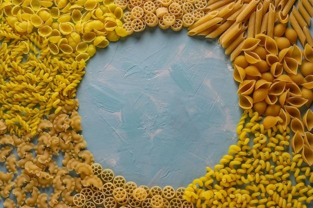 Verschiedene italienische pasta penne rigate, rotelle, conchiglie, cavatappu, fusilli, cellentani