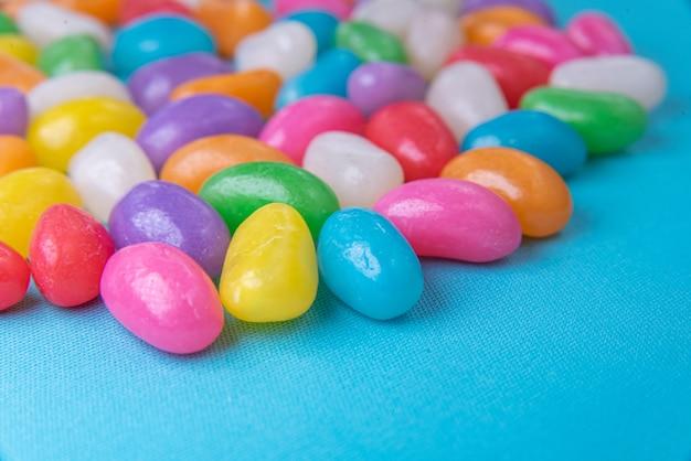 Verschiedene jelly beans auf blauem hintergrund
