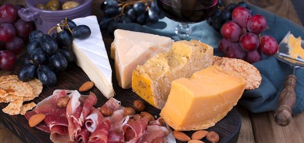 Verschiedene käse und schinken.