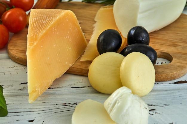 Verschiedene käsesorten auf dem tisch