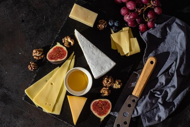 Verschiedene käsesorten auf einem teller mit honig
