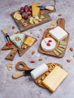Verschiedene käsesorten auf hellbrauner oberfläche