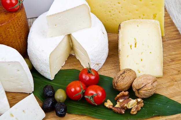 Verschiedene käsesorten auf holz