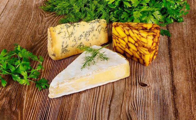 Verschiedene käsesorten auf holzoberfläche