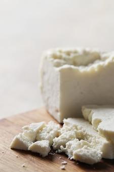 Verschiedene käsesorten auf schneidebrett