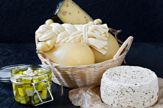 Verschiedene käsesorten auf schwarzem hintergrund. käseplatte