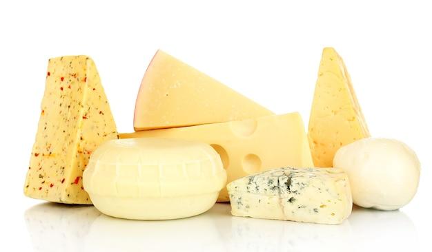 Verschiedene käsesorten auf weiß