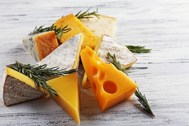 Verschiedene käsesorten auf weißer holzoberfläche, nahaufnahme