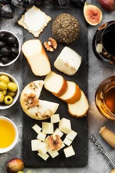 Verschiedene käsesorten, feigen, nüsse, honig, trauben