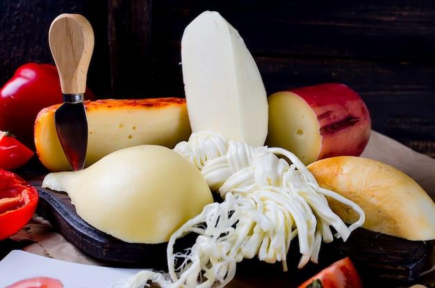 Verschiedene käsesorten in verschiedenen formen und größen