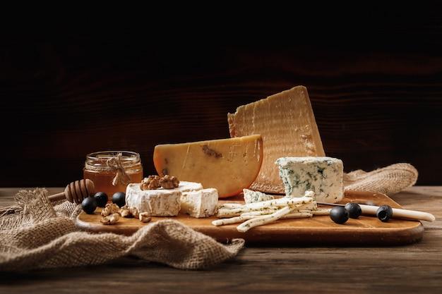 Verschiedene käsesorten. scheiben käsebrie oder camembert mit parmesan
