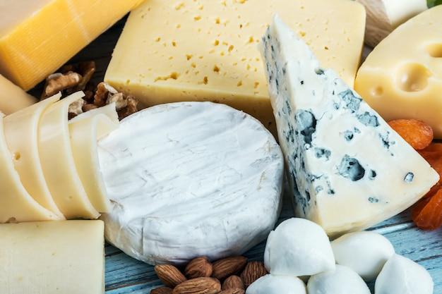 Verschiedene käsesorten, weich, hart, lab und salzlake mit früchten, nüssen
