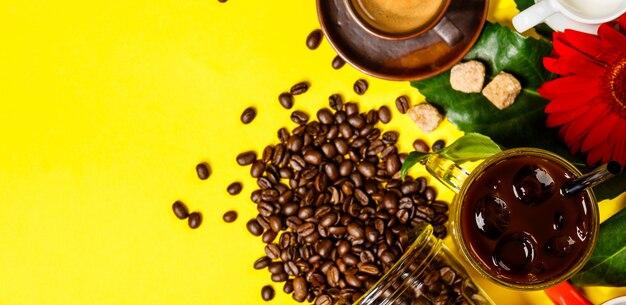 Verschiedene kaffee auf gelbem tisch, flach liegen, draufsicht