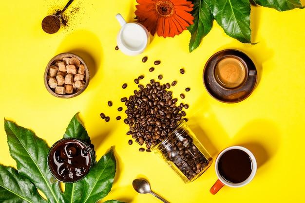 Verschiedene kaffee auf gelbem tisch