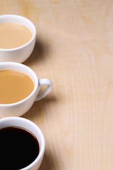 Verschiedene kaffees auf weißen tassen