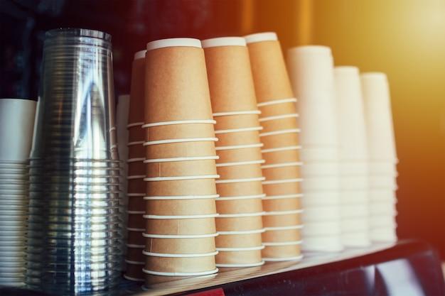 Verschiedene kaffeetassen in einem stapel gestapelt