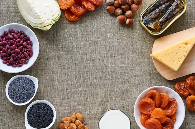 Verschiedene kalziumreiche produkte auf braunem grund