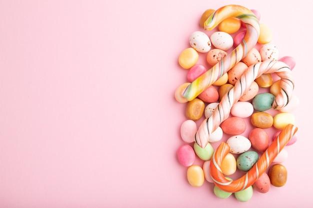Verschiedene karamellbonbons auf rosa pastell