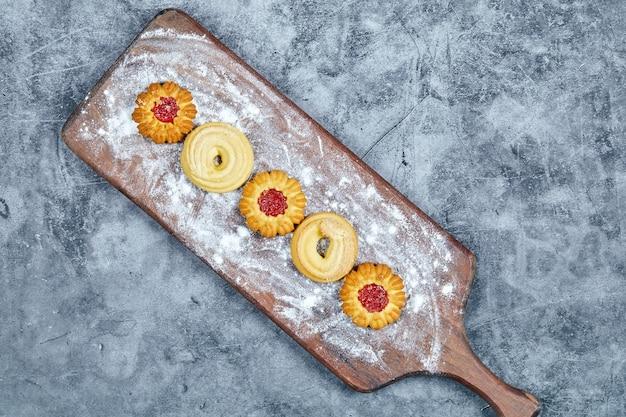 Verschiedene kekse auf dem holzteller und.