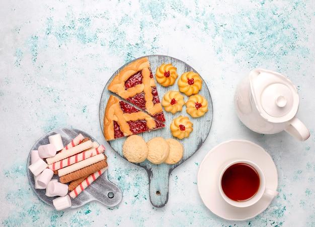 Verschiedene kekse, kekse und süßigkeiten auf heller oberfläche