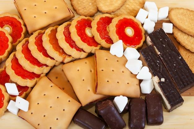 Verschiedene kekse und süßigkeiten