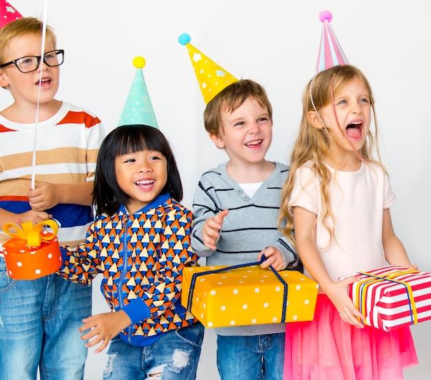 Verschiedene kinder, die eine geburtstagsfeier genießen