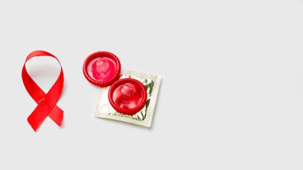 Verschiedene kondome auf weißem hintergrund mit kopierraum