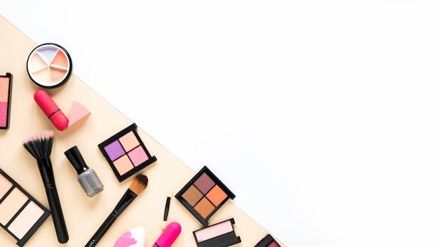Verschiedene kosmetiktypen auf dem tisch verstreut
