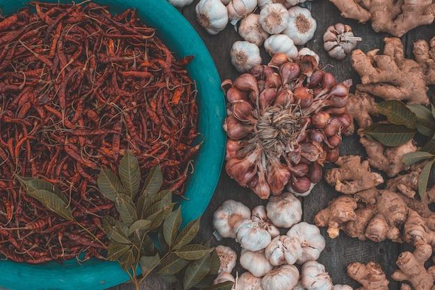 Verschiedene kräuter und gewürze zum kochen