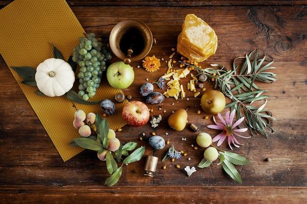 Verschiedene kräuterfrüchte, blumen und gewürze auf holztisch