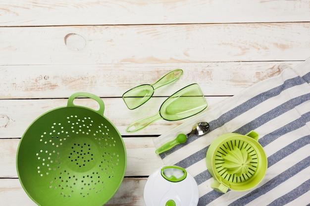 Verschiedene küchengeräte auf holztisch