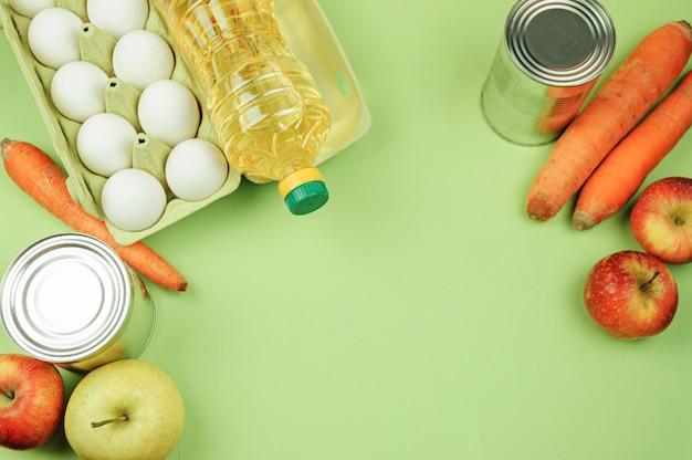 Verschiedene lebensmittelprodukte lagen auf grünem hintergrund. draufsicht, freier raum.